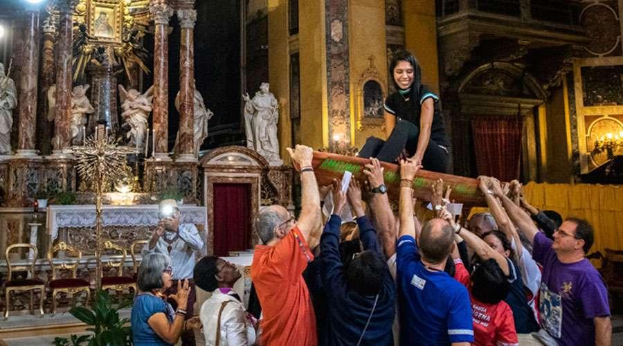 Una vez en el interior del templo y frente al altar del Santísimo, algunos de los participantes levantaron una canoa sobre la que estaba sentada una joven.