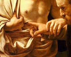Trae tu mano y métela en mi costado; y no seas incrédulo, sino creyente. Contestó Tomás: ¡Señor mío y Dios mío! Jesús le dijo: ¿Porque me has visto has creído? Dichosos los que crean sin haber visto