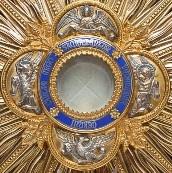 Recemos la Corona de Reparación, si es posible, ante el Santísimo expuesto o el sagrario (o una imagen del Santísimo, en representación espiritual)