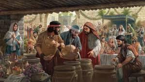 La madre de Jesús le dijo: no les queda vino. Jesús le contestó: Mujer, déjame, todavía no ha llegado mi hora. Su madre dijo a los sirvientes: haced lo que Él diga