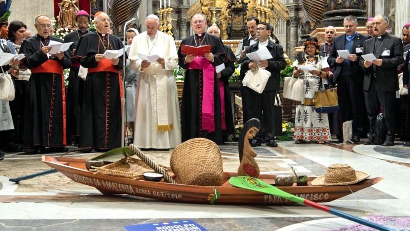 El Papa Francisco preside un culto idolátrico a la pachamama (madre tierra), al interior de la Basílica de San Pedro, durante el Sínodo de la Amazonía, llevado a cabo en Octubre de 2020