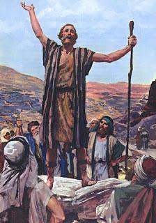 Yo os bautizo con agua para que os convirtáis; pero el que viene detrás de mí puede más que yo, y no merezco ni llevarle las sandalias. Él os bautizará con Espíritu Santo y fuego.