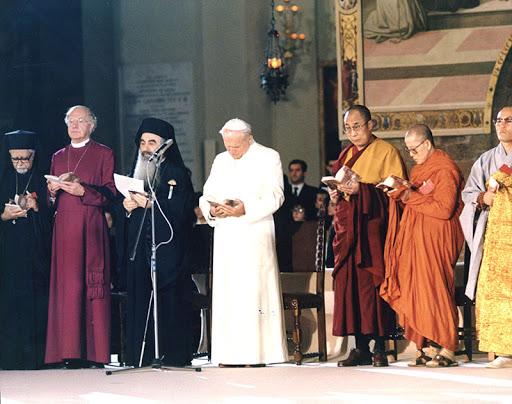 El Papa Juan Pablo II preside un encuentro sincrético en Asís, en 1986