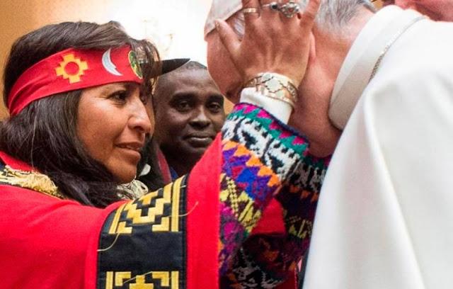El Papa Francisco recibe una imposición de manos durante una reunión sincrética celebrada en Chile en 2018