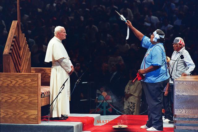 El Papa Juan Pablo II es objeto de un ritual de espíritus por parte de un chamán, como parte de una celebración sincrética durante su papado