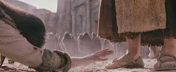 Jesús se incorporó y le preguntó: Mujer, ¿dónde están tus acusadores?; ¿ninguno te ha condenado? Ella contestó: Ninguno, Señor. Jesús dijo: Tampoco yo te condeno. Anda, y en adelante no peques más