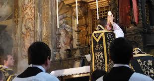 La Misa es el sacrificio infinitamente santo del Cuerpo y la Sangre de Jesucristo. La Misa de Difuntos contiene oraciones especiales por las almas, por lo cual obtiene para ellas una ayuda especial.
