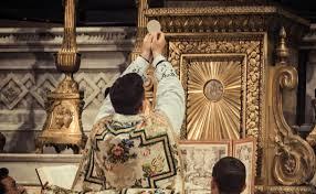 En la solemnidad de los Difuntos, los sacerdotes celebran la Misa por los difuntos, mientras que los fieles deben asistir y ofrecer la Santa Comunión, sus oraciones y limosnas por las benditas almas.