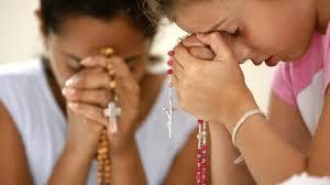 En virtud de la Comunión de los Santos, la Iglesia puede autorizar a sus hijos aún vivos a ceder a sus hermanos difuntos la remisión que se les ha hecho a través de las indulgencias.