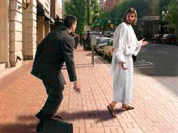 Mientras iban de camino, le dijo uno: Te seguiré adonde vayas. Jesús le respondió: Las zorras tienen madriguera, y los pájaros nido, pero el Hijo del hombre no tiene donde reclinar la cabeza.